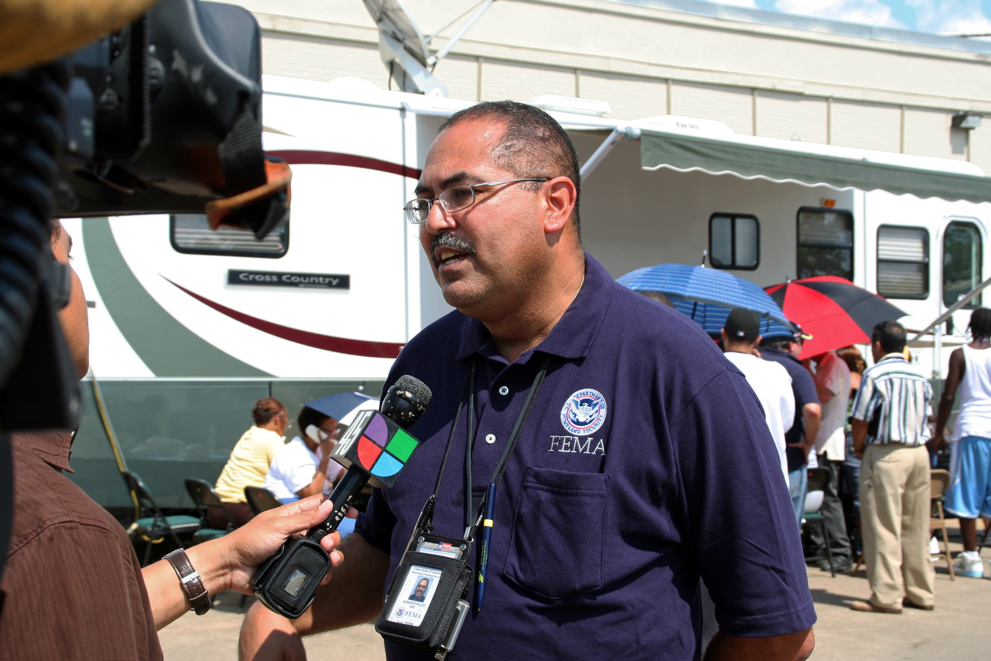 FEMA_-_38592_-_FEMA_PIO_speaking_with_the_Spanish_Language_Station_in_Texas.jpg